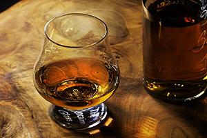Glas en fles schotse whiskey